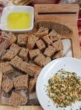 Brood en kruiden Stukken gezonde roggebrood en kruiden voor het smelten gastronomisch royalty-vrije stock fotografie