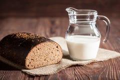 Brood en melk Stock Afbeeldingen
