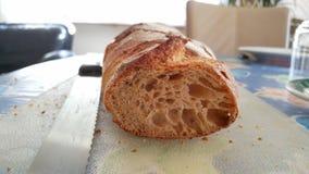 Brood en mes op een scherpe raad Royalty-vrije Stock Afbeeldingen