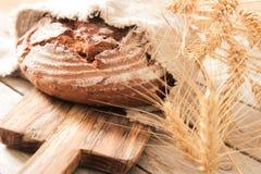 brood en tarwe op de houten achtergrond Stock Foto's