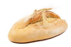 Brood en tarweoren op witte achtergrond Stock Fotografie