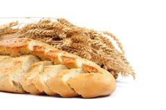 Brood en tarweoren op witte achtergrond Royalty-vrije Stock Foto