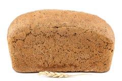 Brood en tarweoren op witte achtergrond Stock Foto's