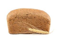 Brood en tarweoren op witte achtergrond Stock Afbeelding