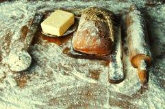 Brood en toevoegingen op een houten lijst Stock Foto