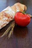 Brood en tomaat op een lijst Royalty-vrije Stock Fotografie