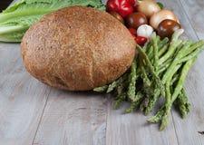 Brood en Verse Asperge met groenten Royalty-vrije Stock Foto's