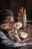 Brood, Frans boeket met rozemarijn stock afbeeldingen