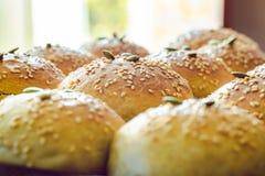Brood het kneden met zaden in perspectief royalty-vrije stock foto's