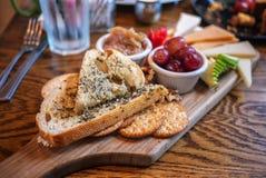 Brood, kaas, cracker, en fruitschotel Stock Afbeelding