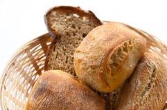 Brood in mand stock afbeeldingen