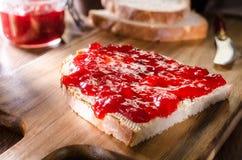 Brood met aardbeijam stock afbeelding
