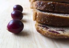 Brood met Amerikaanse veenbessen op een houten raad Royalty-vrije Stock Fotografie
