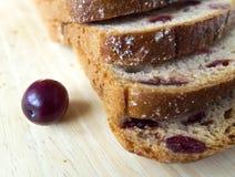 Brood met Amerikaanse veenbessen op een houten raad Royalty-vrije Stock Foto's