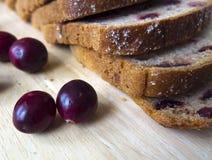 Brood met Amerikaanse veenbessen op een houten raad Royalty-vrije Stock Afbeeldingen