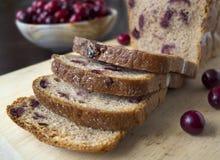 Brood met Amerikaanse veenbessen op een houten raad Stock Afbeelding