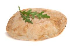 Brood met arugula op witte achtergrond Stock Foto
