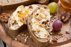 Brood met boter, honing en noten, horizontale, hoogste mening Royalty-vrije Stock Fotografie