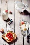 Brood met boter, jam en yoghurt Stock Afbeelding
