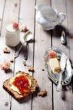 Brood met boter, jam en yoghurt Royalty-vrije Stock Fotografie