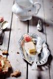 Brood met boter, jam en yoghurt Stock Foto's