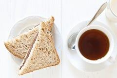 Brood met chocolade en thee stock afbeeldingen