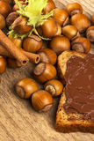 Brood met chocoladeroom en hazelnoten op lijst royalty-vrije stock afbeeldingen