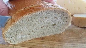 Brood met een messen langzame motie die wordt gesneden stock footage