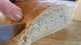 Brood met een scherpe raad die van de messen langzame motie wordt gesneden stock video