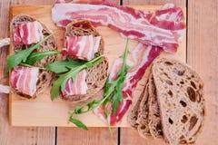 Brood met gastronomisch vlees stock afbeeldingen