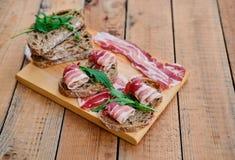 Brood met gastronomisch vlees royalty-vrije stock afbeelding