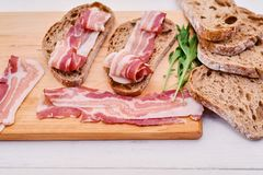Brood met gastronomisch vlees stock foto