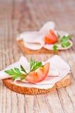 Brood met gesneden ham, verse tomaten en peterselie Royalty-vrije Stock Afbeeldingen