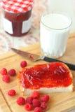 Brood met jam en een melkglas Royalty-vrije Stock Fotografie