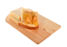 Brood met jam op een raad Stock Foto's