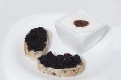Brood met jam op wit Stock Fotografie