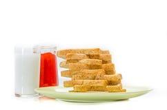 Brood met jam van melk op witte Studio Stock Afbeelding