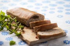 Brood met Johannesbroodpoeder en orego aan de kant Stock Afbeelding