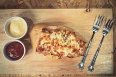 Brood met kaas wordt gebakken met tomatensaus wordt gediend, en Spaanse peper die sauc Stock Foto's