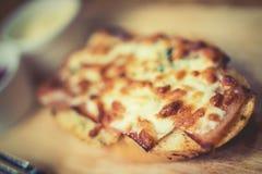 Brood met kaas wordt gebakken met tomatensaus wordt gediend, en Spaanse peper die sauc Stock Afbeelding
