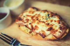 Brood met kaas wordt gebakken met tomatensaus wordt gediend, en Spaanse peper die sauc Royalty-vrije Stock Foto