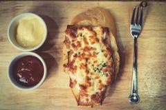 Brood met kaas wordt gebakken met tomatensaus wordt gediend, en Spaanse peper die sauc Stock Fotografie