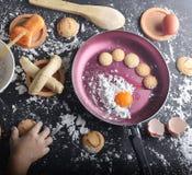 brood met koekjes en stokken stock afbeeldingen