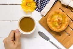Brood met Koffieachtergrond/Brood met Koffie/Brood met Koffie op Witte Achtergrond Stock Foto's