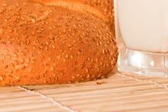 Brood met melk stock foto's