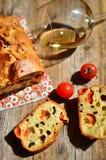 Brood met olijven, kers en wijn Stock Foto's