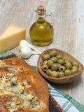 Brood met olijven op een houten lijst Royalty-vrije Stock Afbeeldingen