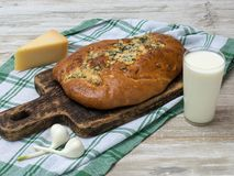Brood met olijven op een houten lijst Stock Foto