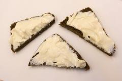 Brood met roomkaas op witte achtergrond wordt geïsoleerd die royalty-vrije stock fotografie