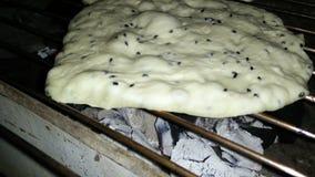 Brood met Venkelbloem over houtskool wordt geroosterd die stock footage